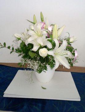 Lilyum ve Güllerle Beyaz Aranjman